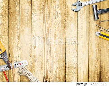 工具と木目の背景素材 - 複数のバリエーションがあります 74890676