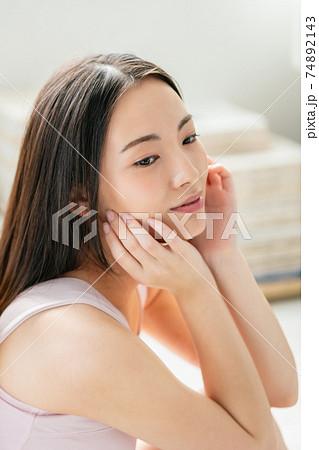 若い女性の美容 74892143