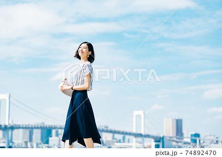 ビジネス 女性 カジュアル 74892470