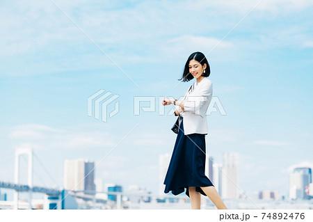 ビジネス 女性 カジュアル 74892476