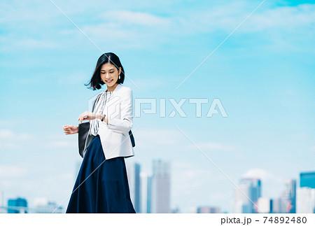 ビジネス 女性 カジュアル 74892480