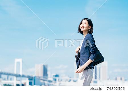 ビジネス 女性 カジュアル 74892506