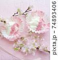 桜パウダーをトッピングした水切りヨーグルト 74893406