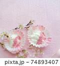 桜パウダーをトッピングした水切りヨーグルト 74893407