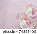 桜パウダーをトッピングした水切りヨーグルト 74893408