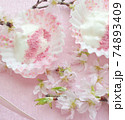 桜パウダーをトッピングした水切りヨーグルト 74893409