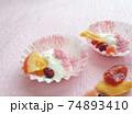 ドライフルーツと桜パウダーをのせた水切りヨーグルト 74893410