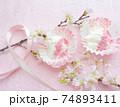 桜パウダーをトッピングした水切りヨーグルト 74893411
