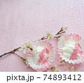 桜パウダーをトッピングした水切りヨーグルト 74893412