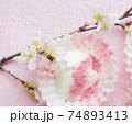 桜パウダーをトッピングした水切りヨーグルト 74893413