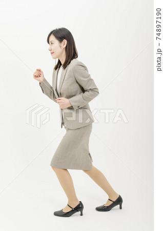 スタートする格好をするスーツ姿の女性 74897190