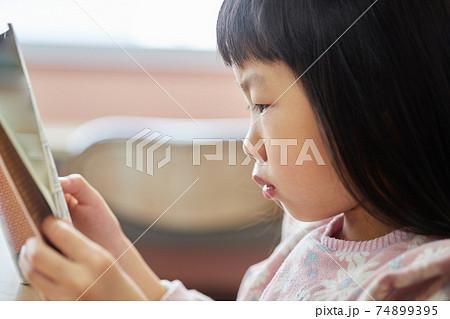 図書館で読書している可愛い子供の様子 74899395