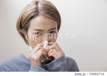 鼻水を拭く女性 74903714