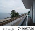 海沿いを眺める 74905780