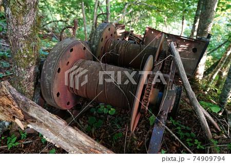 笊ヶ岳の樹林に放置されたウインチ 74909794