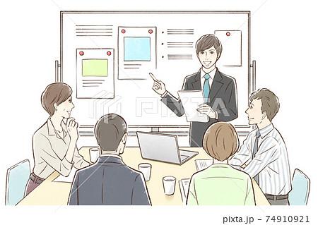男性中心にホワイトボードの前でグループでミーティング 74910921