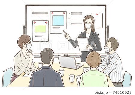 女性中心にホワイトボードの前でグループでミーティング_マスクあり 74910925