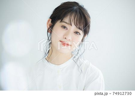 白いシャツワンピの女性  74912730
