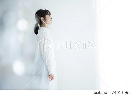 白いシャツワンピの女性  74913060