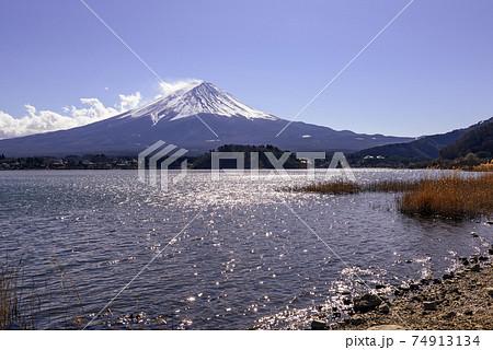冬の河口湖畔から望む富士山と青空 74913134
