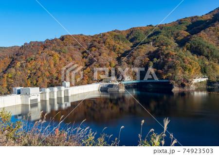 紅葉シーズンの八ッ場ダム 群馬県 74923503