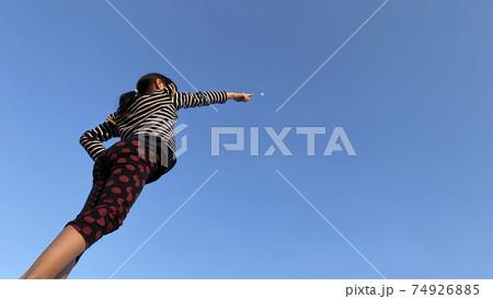 青空と遊んでいる可愛い子供の風景 74926885