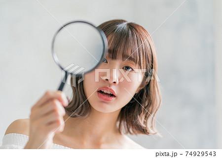 10代後半女子と虫眼鏡 74929543
