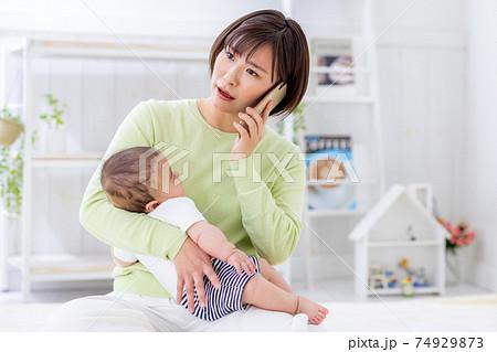 赤ちゃん 発熱 困る スマホ 母親 74929873