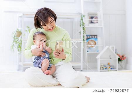 スマホを見る赤ちゃんとママ 74929877