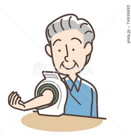 血圧を測定するおじいさん 上腕式測定機 74936695