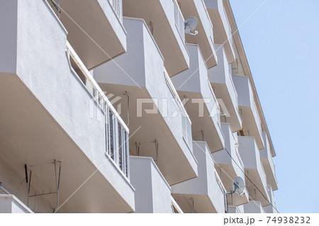 青空と綺麗なマンション 74938232