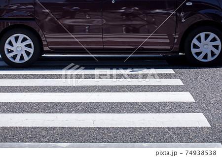 横断歩道の道路 車 安全 歩行者 74938538