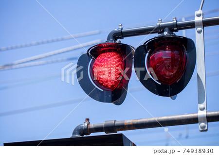 電車の信号機 コピースペース 赤信号 74938930