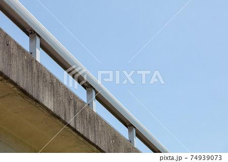田舎のコンクリートでできた橋の手すりのアップの写真 74939073