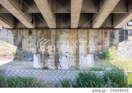 古くなって壊れそうなコンクリートの橋の一部 74939455