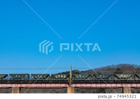 冬の青空を背景に鉄橋を渡る秩父鉄道の貨物 74945321