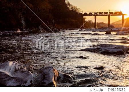 夕日を背に川を渡る秩父鉄道の貨物 74945322