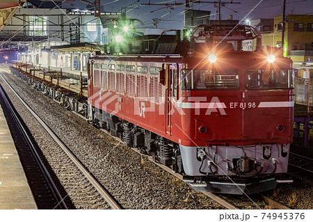 夜にレールを運ぶJR東日本の電気機関車 74945376