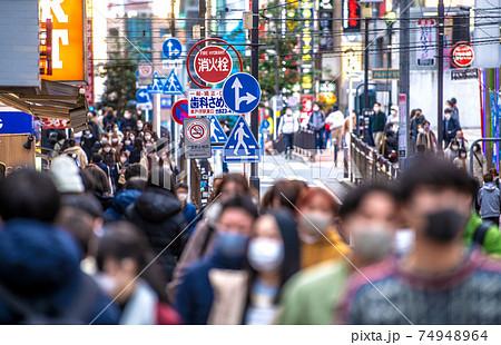 日本の横浜都市景観 緊急事態宣言下。マスク姿…混雑する通り…=2021年2月18日、横浜駅前 74948964