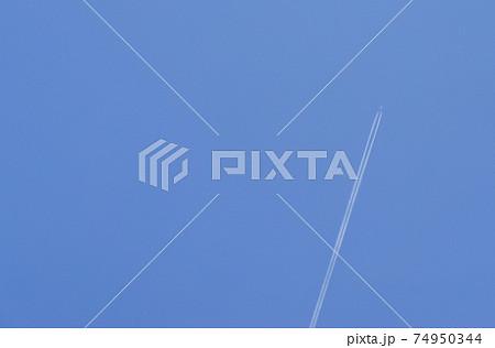 ジェット機が青空に描いたヒコーキ雲 74950344