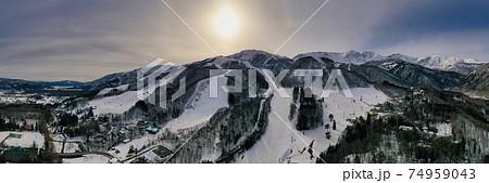 雄大な八方尾根スキー場・白馬三山と夕日(180度パノラマ) 長野県白馬村(ドローンによる空撮) 74959043