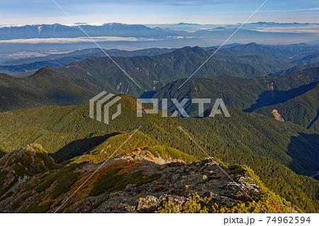 南アルプス・塩見岳から見る塩見小屋と中央アルプス・北アルプスの山並み 74962594