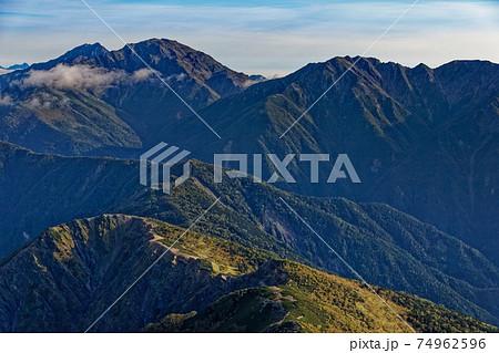 南アルプス・塩見岳から見る初秋の白峰三山 74962596