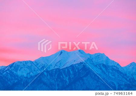 山頂が赤く染まる雪の鹿島槍ヶ岳  74963164