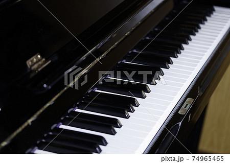 黒いピアノの鍵盤 74965465