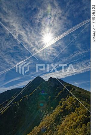 塩見小屋付近から見る初秋の南アルプス・塩見岳山頂 74966203