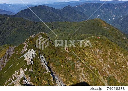 南アルプス・塩見岳稜線から見る天狗岩と塩見小屋 74966888