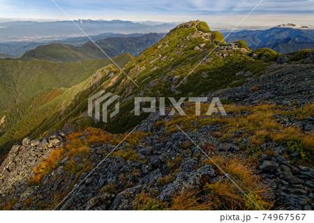 初秋の南アルプス・塩見岳西峰と中央アルプス・仙丈ヶ岳の眺め 74967567
