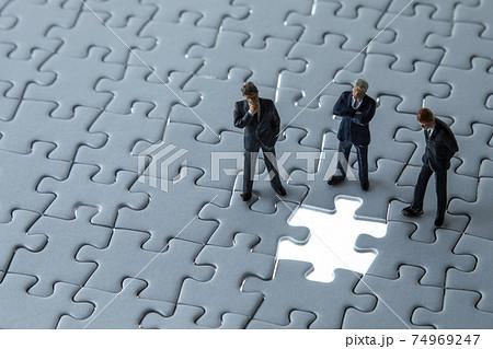 ジグソーパズルとビジネスマン 74969247
