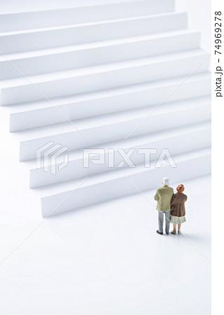 階段の前にいる老夫婦 74969278